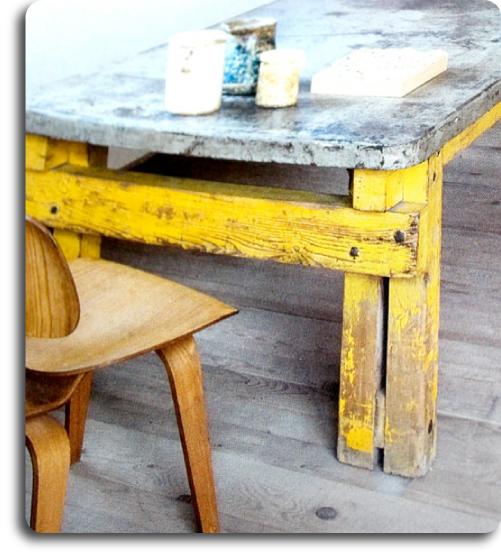silla eames y mesa amarilla decapada