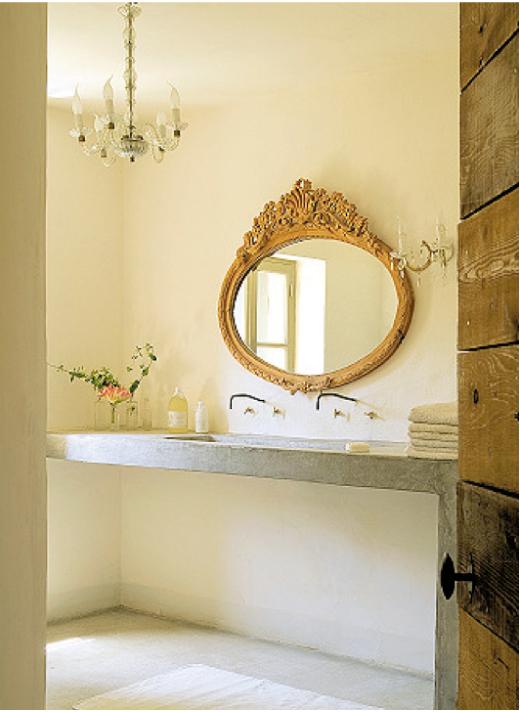 baño minimalista con elementos clásicos