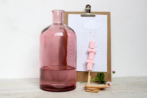 botella rosa con agua