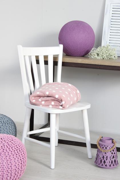 silla blanca con deco morada